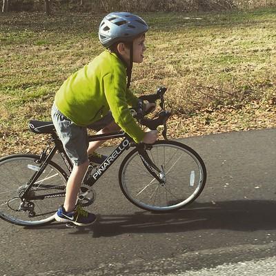 Enfant débutant le cyclisme sur route