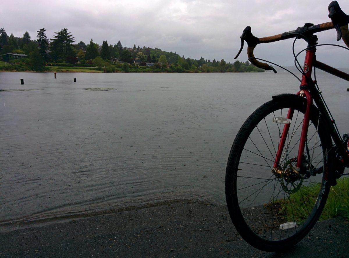 Rouler à vélo sous la pluie